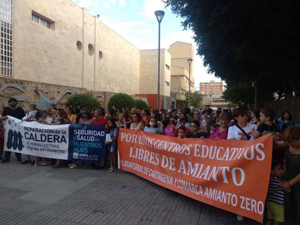 200 padres de alumnos exigen retirar el amianto en dos colegios de Cartagena