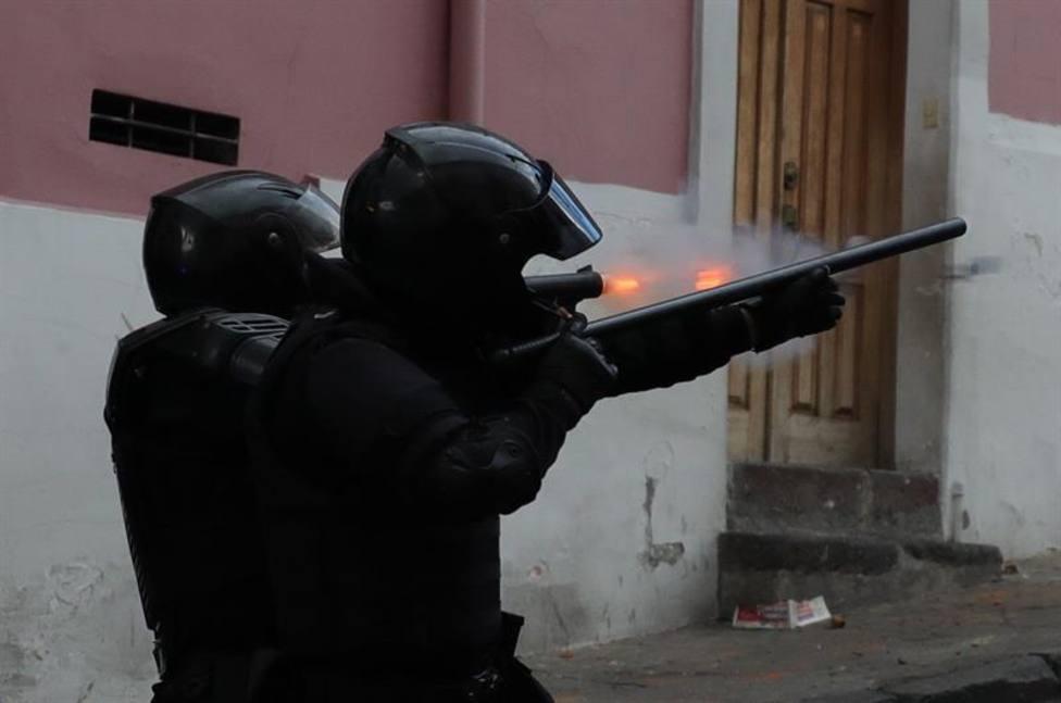 El caos se apodera de Ecuador con enfrentamientos entre militares y policías, y otras claves del día