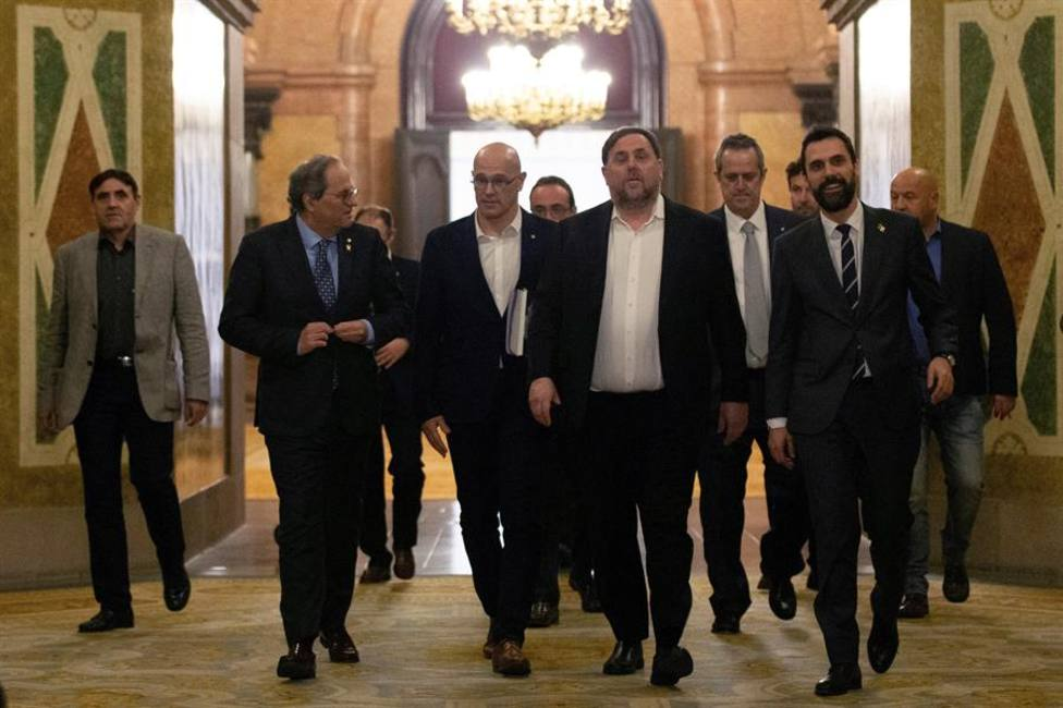 El presidente de la Generalitat, Quim Torra, y el presidente del Parlament, Roger Torrent, acompañan al exvice