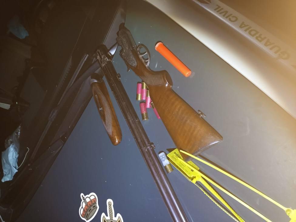 Denunciados por una escopeta oculta bajo el asiento del coche y cartuchos en la guantera