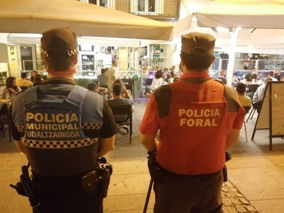 Agentes de la Policía Municipal de Pamplona y de la Policía Foral controlan el cumplimiento de la norma sanitaria en Pamplona.