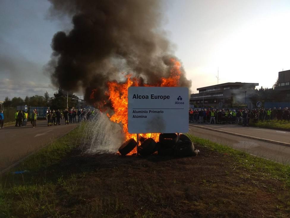 Trabajadores de Alcoa bloquean salida de aluminio a la espera de reunión con Xunta y Gobierno