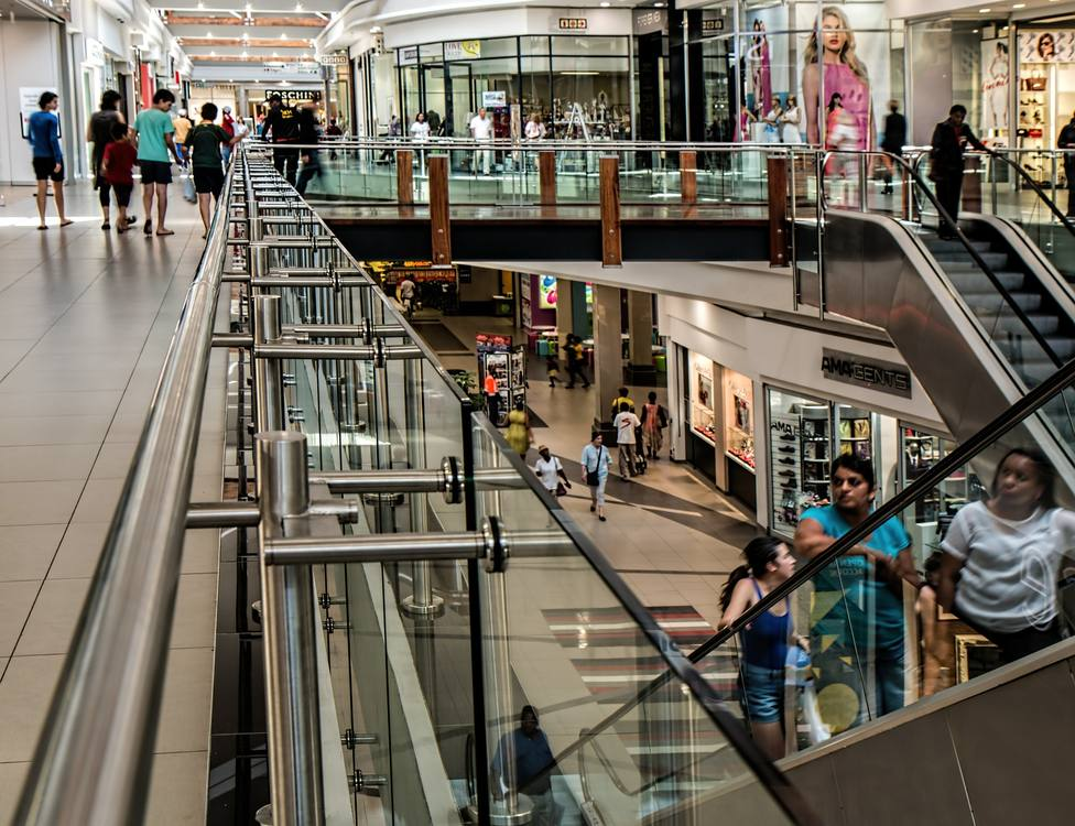 Cataluña permite abrir centros comerciales al 30% y desplazarse en la comarca