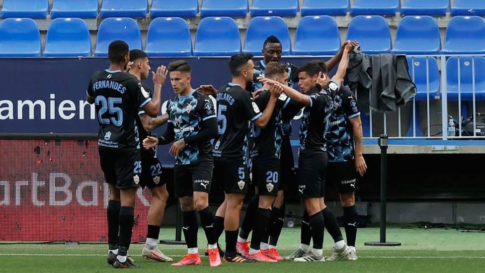 La UD Almería celebra la victoria por 0-3 en La Rosaleda (FOTO: LaLiga)