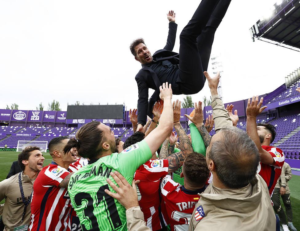 Simeone manteado tras ganar LaLiga en Zorrilla