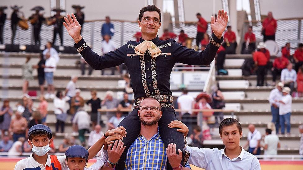 Paco Ureña corta tres orejas y deja su sello en la charra de Istres