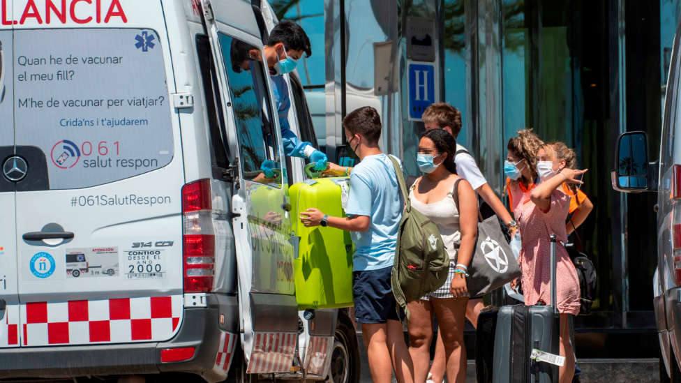 ¿Puede tener consecuencias jurídicas la retención de decenas de jóvenes en Baleares tras el macrobrote?