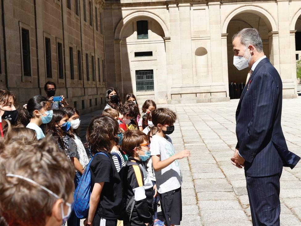 Felipe VI, junto a un grupo de niños que le esperaba a su llegada /Casa de S.M. el Rey