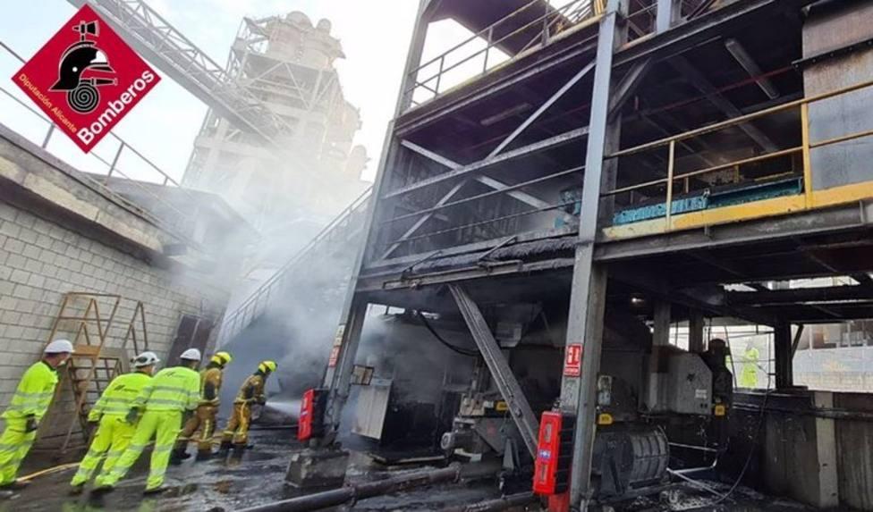 Alicante.-Sucesos.- Arde la cinta transportadora en una zona de combustibles de una fábrica de cemento