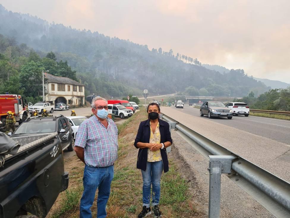 El alcalde de Ribas de Sil y la subdelegada del Gobierno en la zona del incendio