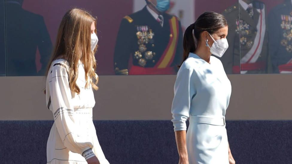 12-O: La Reina Letizia elegantísima de celeste y la infanta Sofía fiel a su estilo boho