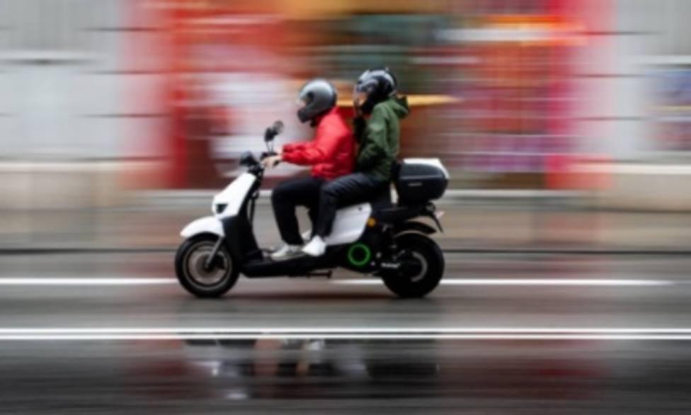 Un conductor de ciclomotor se da a la fuga por las aceras del centro de Logroño