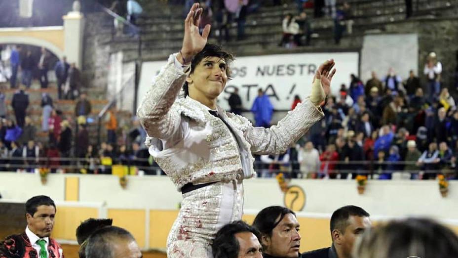 Andrés Roca Rey en su salida a hombros este sábado en Juriquilla
