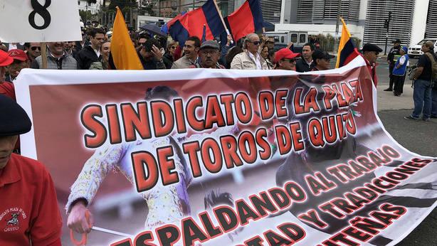 Cabecera de la manifestación que reclamó la vuelta de los festejos íntegros al coso de Iñaquito