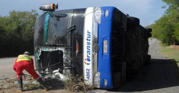 Seis muertos y más de 30 heridos al volcar un autocar en el este de Cuba