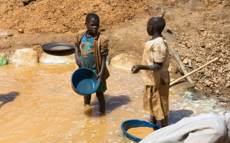 El sacerdote que salva a los niños de las minas de donde salen los smartphones