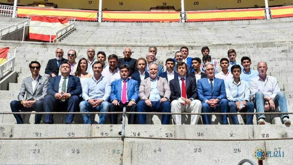 Foto de familia de los representantes de los ayuntamientos donde se celebrará el Camino hacia Las Ventas