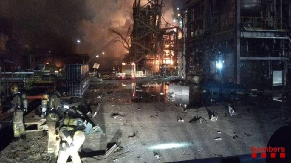 30 dotaciones de Bomberos siguen trabajando en el incendio de la industria de La Canonja (Tarragona)