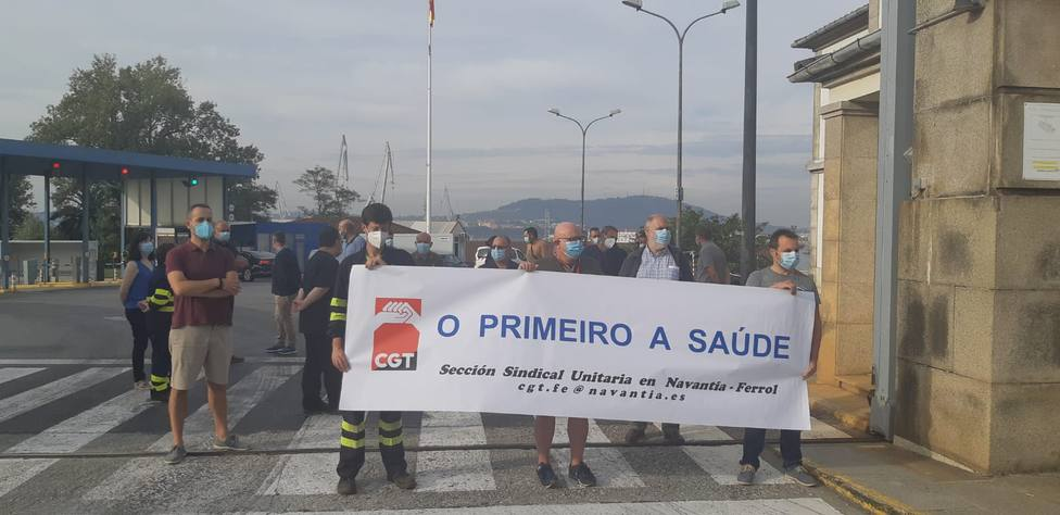 Delegados de la CGT ante la entrada principal de Navantia Ferrol