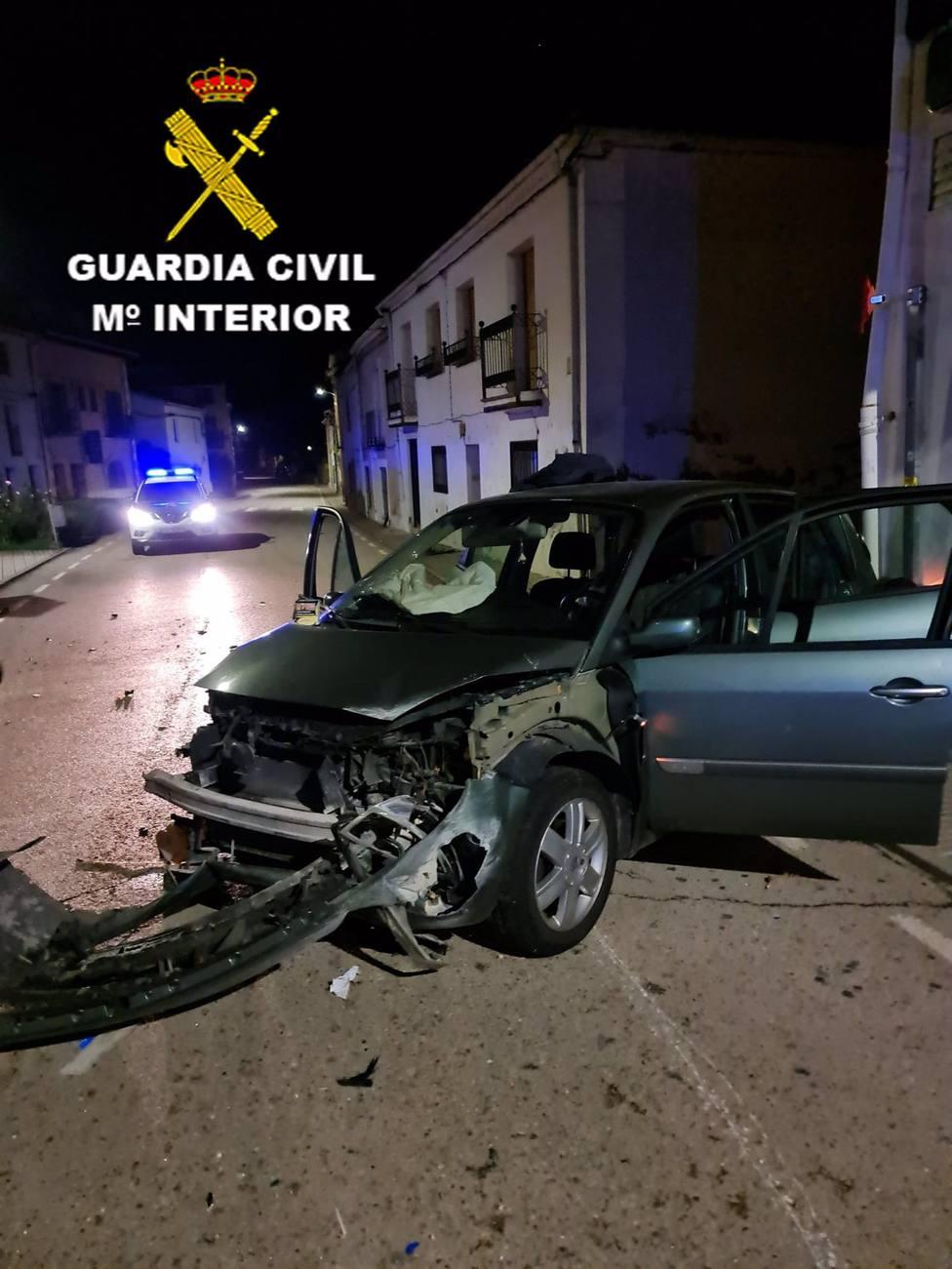 Sucesos.- Detenido por intentar arrollar a agentes de la Benemérita y empotrar el coche contra una casa en Guadalajara