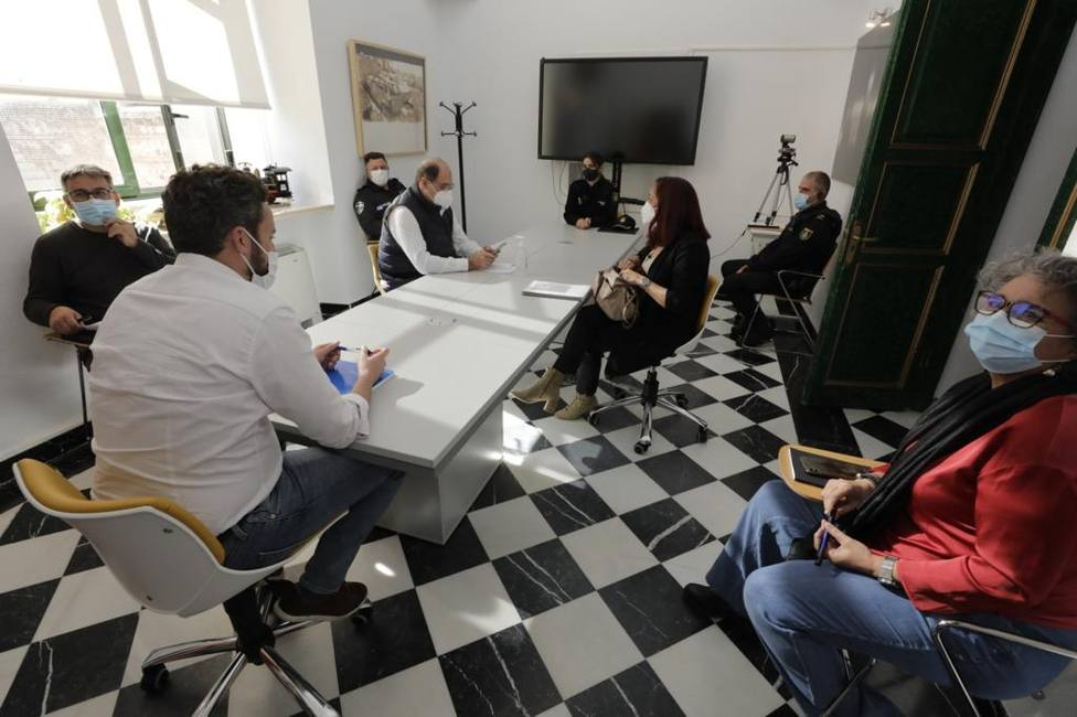 El Ayuntamiento reforzará la presencia policial en la plaza de Santiago