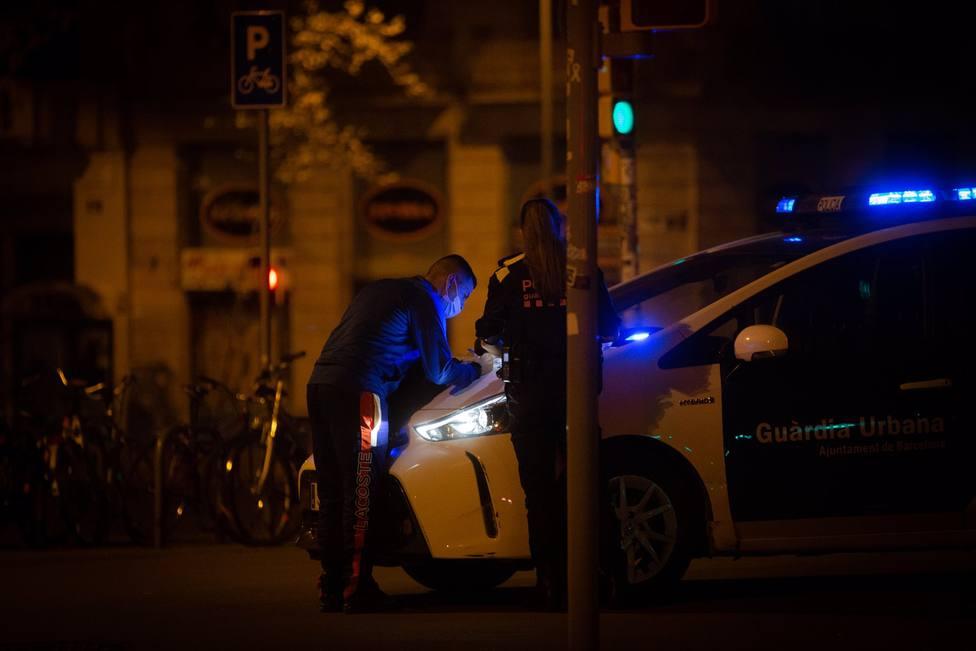 Guardia Urbana de Barcelona multa a un hombre en el Arc de Triomf, noviembre 2020
