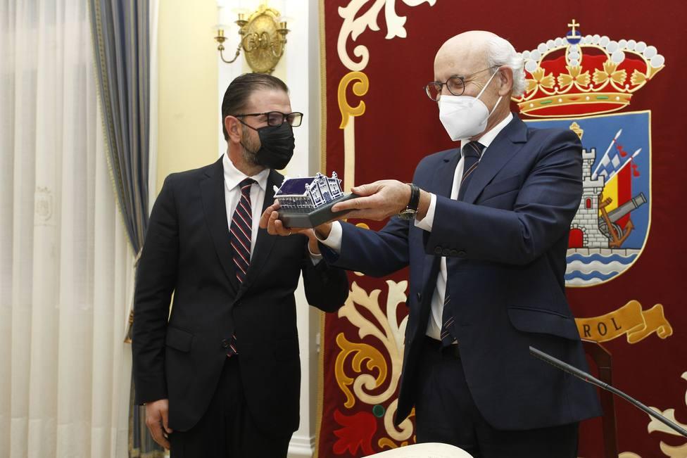 Fernando Suanzes recibiendo un regalo institucional de manos de Ángel Mato - FOTO: Concello de Ferrol