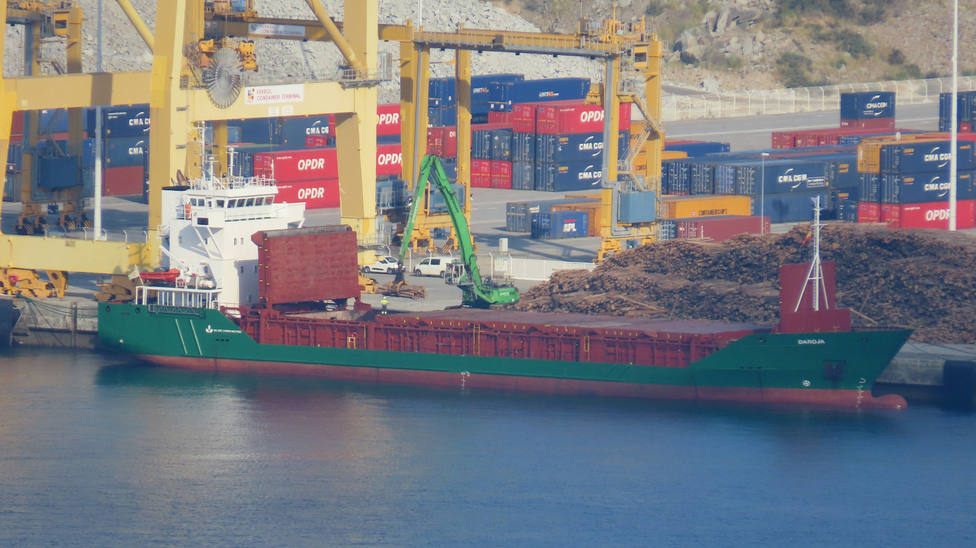Foto de archivo del buque Daroja en el puerto exterior de Ferrol estibando madera - FOTO: Jose R Montero