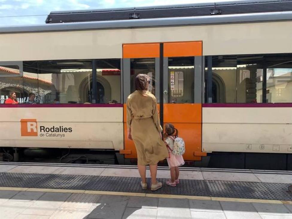 Mujer y niña a la espera de un Rodalies