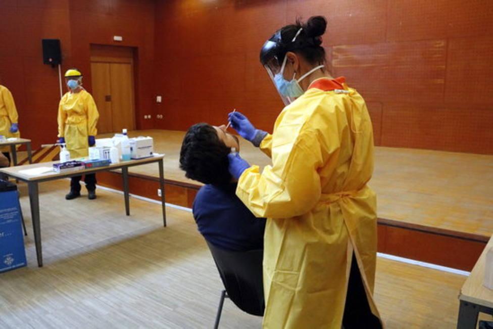 Sanitario haciendo prueba PCR en Lleida.