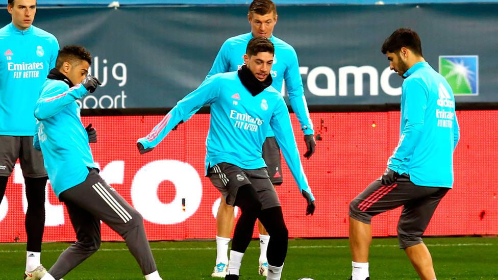 Fede Valverde, en el centro de la imagen, junto a algunos de sus compañeros durante un entrenamiento.