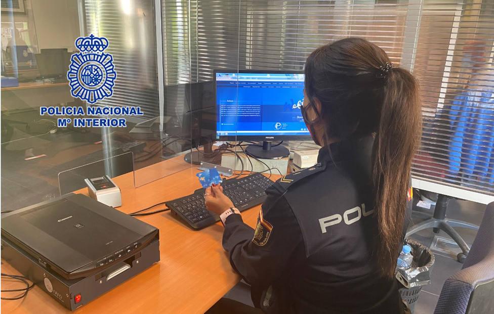 ctv-8sw-agente-de-polica-realizando-gestiones-de-investigacin