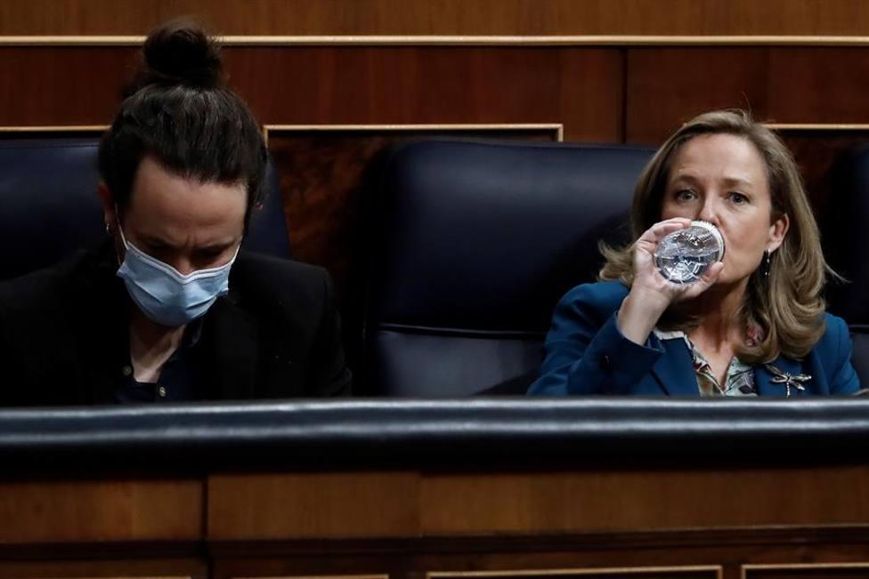 Nadia Calviño en el Congreso al lado de Pablo Iglesias