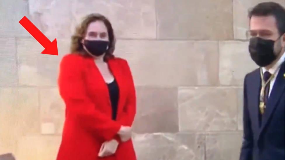 Una experta en protocolo sentencia a Ada Colau por lo que hace en este vídeo
