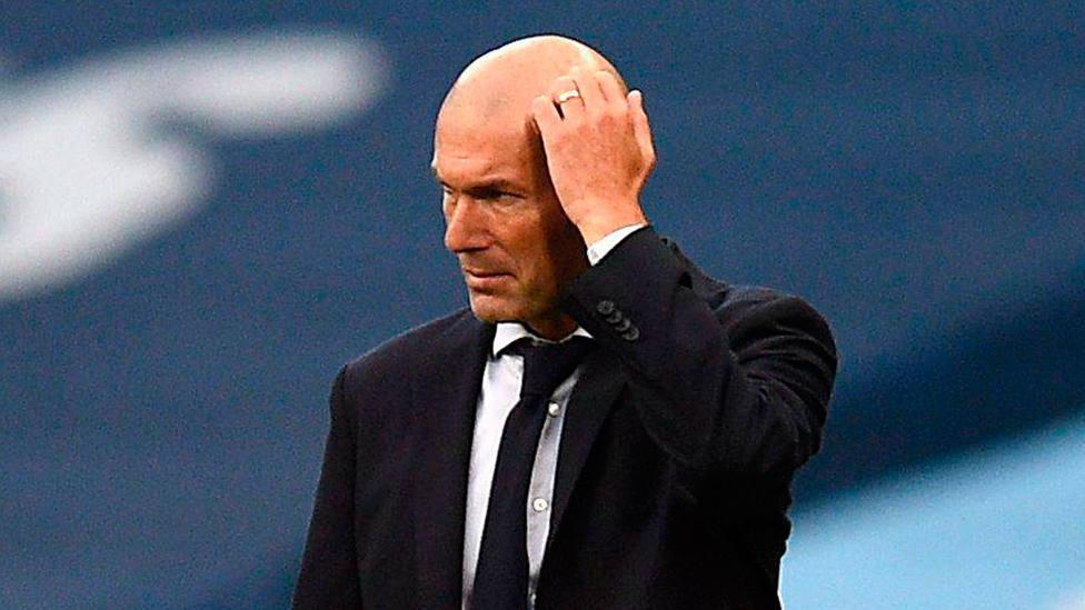 Zinedine Zidane, con la mano en la cabeza durante un partido de Champions del Real Madrid. CORDONPRESS