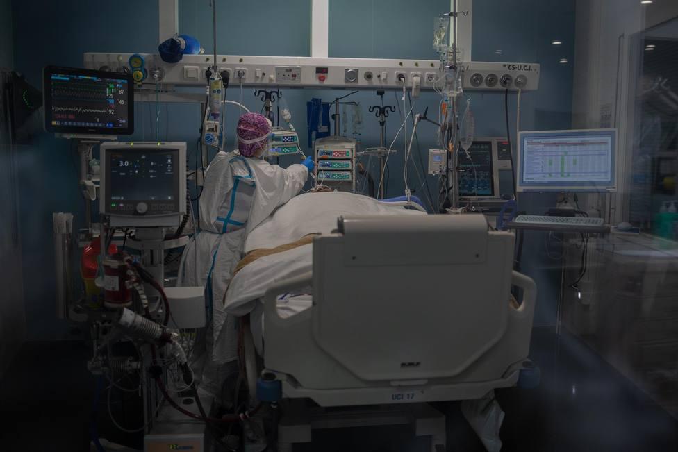 Trabajadores sanitarios protegidos atienden a un paciente en la Unidad de Cuidados Intensivos –UCI–
