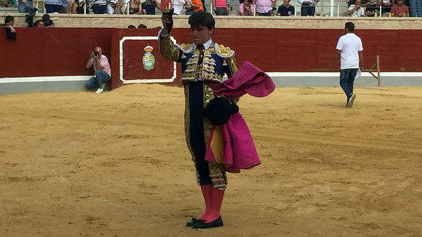 Jorge Isiegas mostrando la oreja conquistada este jueves en Villaseca de la Sagra
