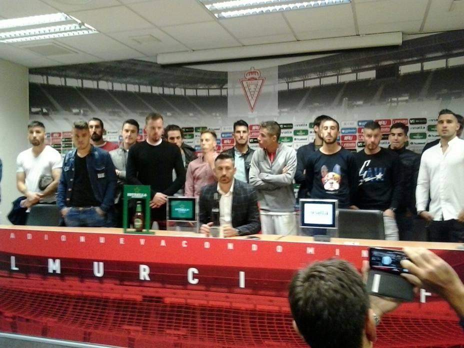 Plantilla y entrenador comparecieron juntos en sala de prensa