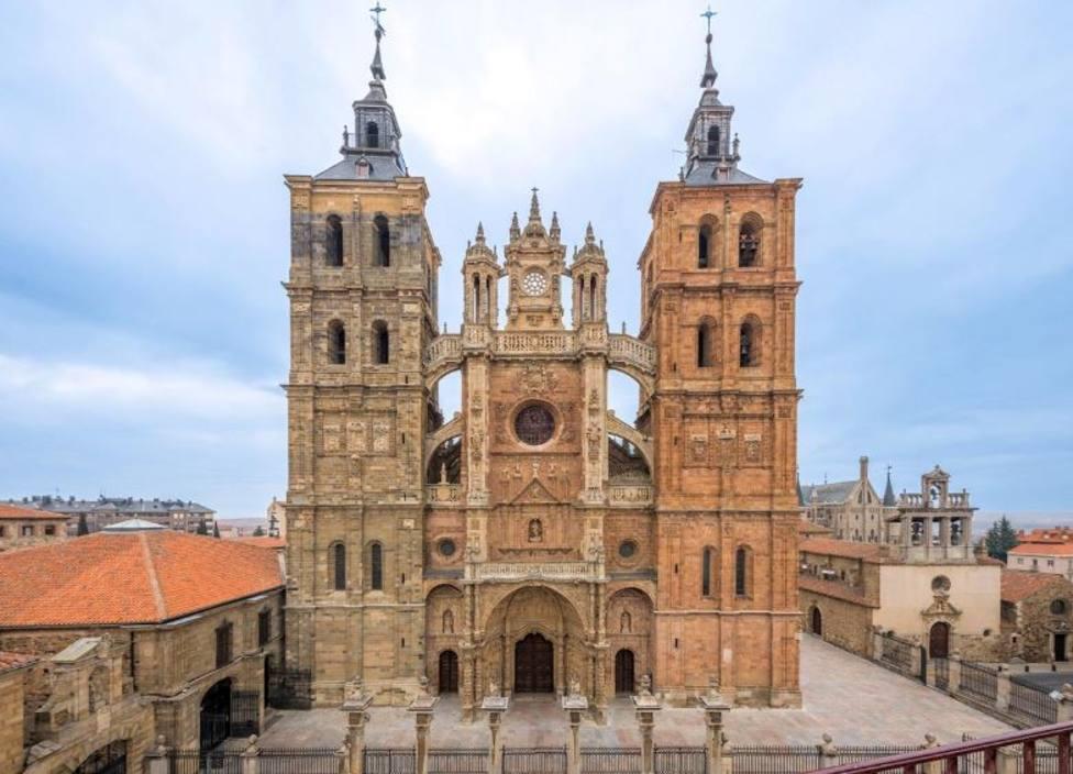 La Catedral de Astorga acoge el funeral del obispo Monseñor Juan Antonio Menéndez