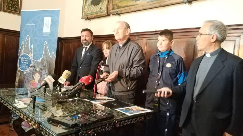 El presidente del Cabildo presenta las audioguías infantiles de la catedral de Burgos.