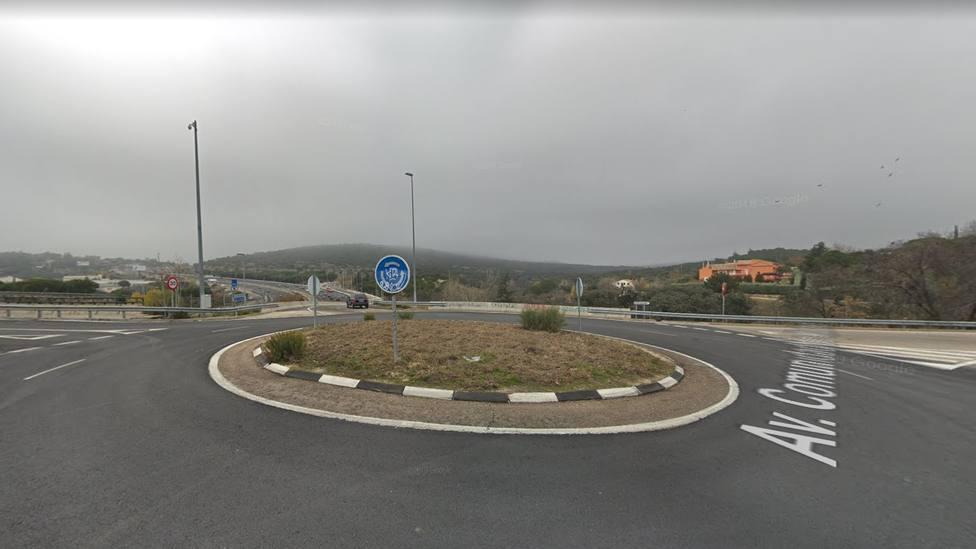 Rotonda de acceso a la urbanización La Berzosa