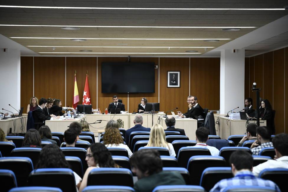 El juez Eduardo Muñoz de Baena, dirige la primera vista del Juicio por la destrucción de los ordenadores de Luis Bárcenas en los Juzgados de lo Penal de Madrid. Sentados en el banquillo de los acusados de izquierda a derecha: María Massó (abogad