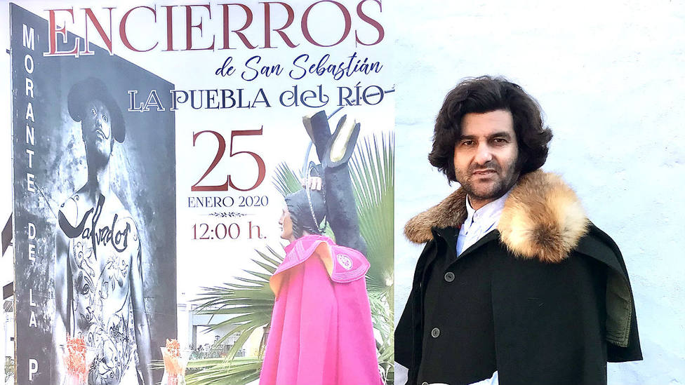 Morante junto al cartel anunciador de los festejos taurinos de La Puebla del Río