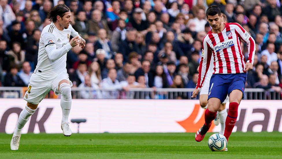 Álvaro Morata controla un balón ante Sergio Ramos en el Santiago Bernabéu. CORDONPRESS