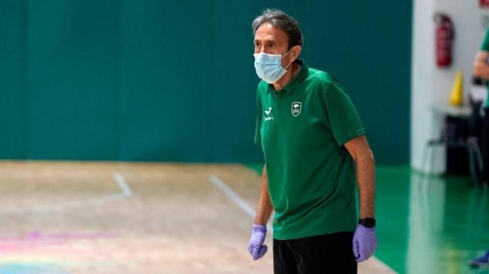 Imagen del entrenador de Unicaja con máscara y guantes.
