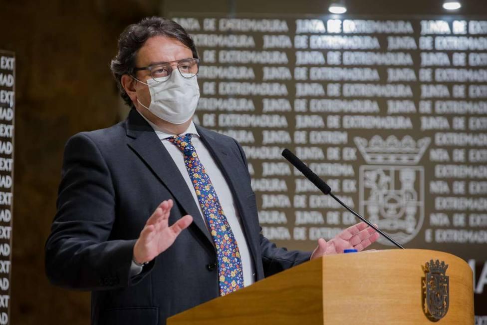 El vicepresidente de Extremadura y consejero de Sanidad José María Vergeles en rueda de prensa