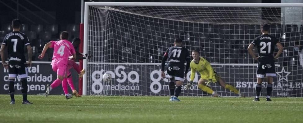 Lago Júnior lanzando ayer el penalti