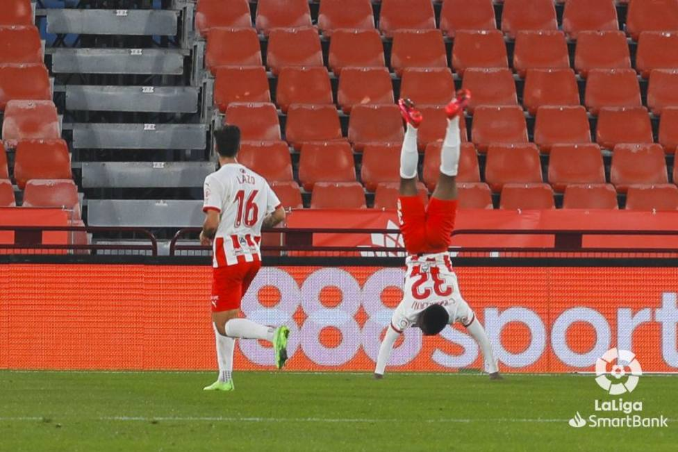 Largie Ramazani celebra su gol de forma acrobática (LaLiga)