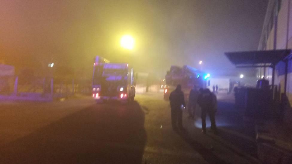 Incendio en una empresa de caucho en el polígono del Llano del Espartal en Alicante