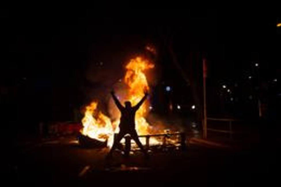 Una persona ante una hoguera en una manifestación contra el encarcelamiento de Pablo Hasél
